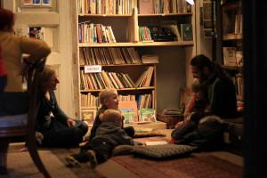 Madis Mikkor lastele raamatut lugemas. Foto: Mana Kaasik