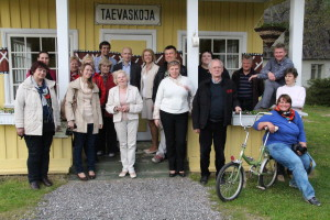 Aasta küla hindamiskomisjon renoveeritud raudteehoone ees 2015. aastal